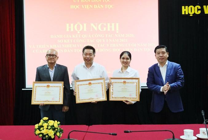 Thứ trưởng, Phó Chủ nhiệm UBDT Lê Sơn Hải trao tặng bằng khen của Bộ trưởng, Chủ nhiệm UBDT cho 3 cá nhân Học viện Dân tộc