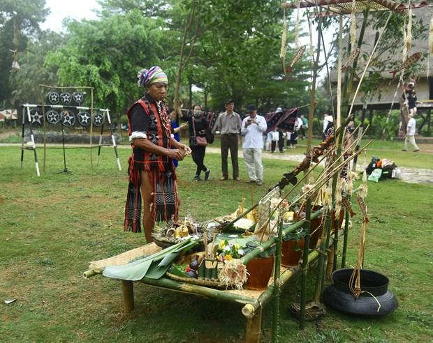 Dân làng chuẩn bị lễ vật để thực hiện lễ cúng cầu an. Ảnh: Diễm Quỳnh