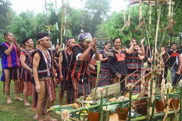Người thực hiện nghi lễ quan trọng thường là một già làng có uy tín. Ảnh : Diễm Quỳnh