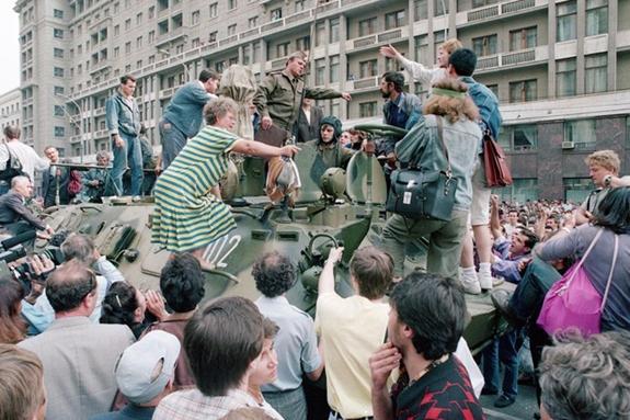 Hình ảnh Liên Xô hỗn loạn trước thời điểm tan rã hoàn toàn. Ảnh: AP