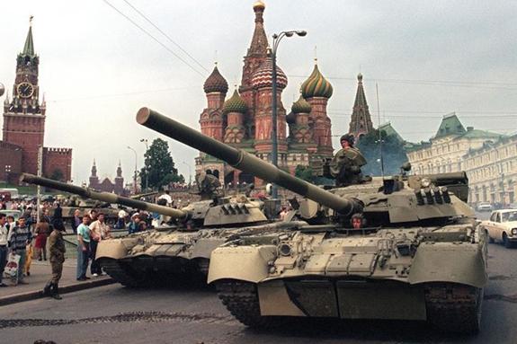 Xe tăng Liên Xô đỗ gần một lối vào điện Kremlin trên quảng trường Đỏ sau khi xảy ra vụ đảo chính nhằm lật đổ Tổng thống Gorbachev vào ngày 19-8-1991. Ảnh: AFP.