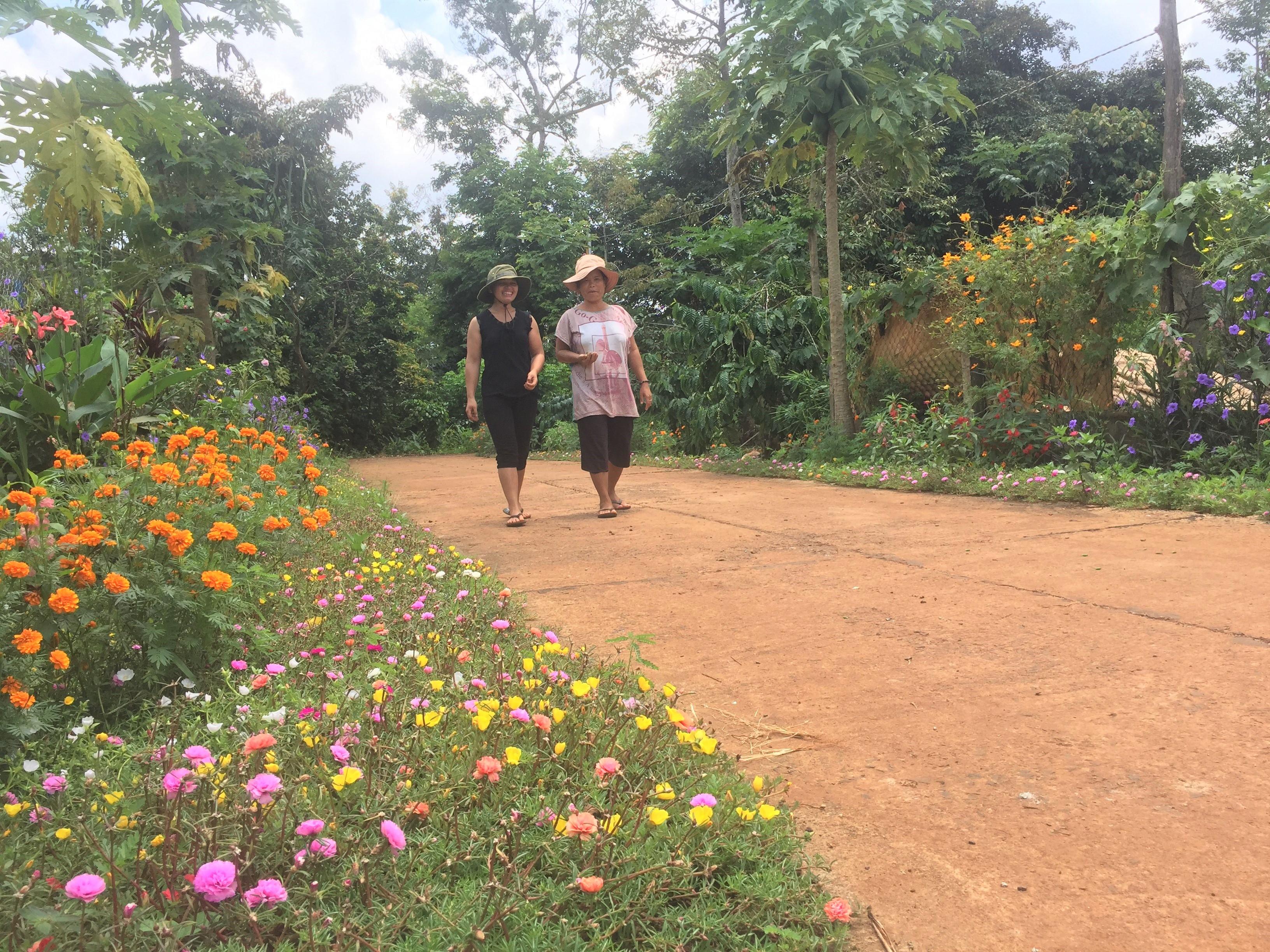 Hầu hết các tuyến đường liên thôn tại xã Ea Tul đều được trồng các loại hoa.
