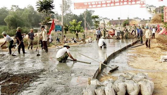 Người dân xã Hùng Sơn tham gia làm đường giao thông nông thôn