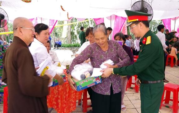 Bộ CHQS tỉnh Long An phối hợp Giáo hội Phật giáo Việt Nam tỉnh đến khám bệnh, cấp thuốc, tặng quà tại huyện Thạnh Hóa.