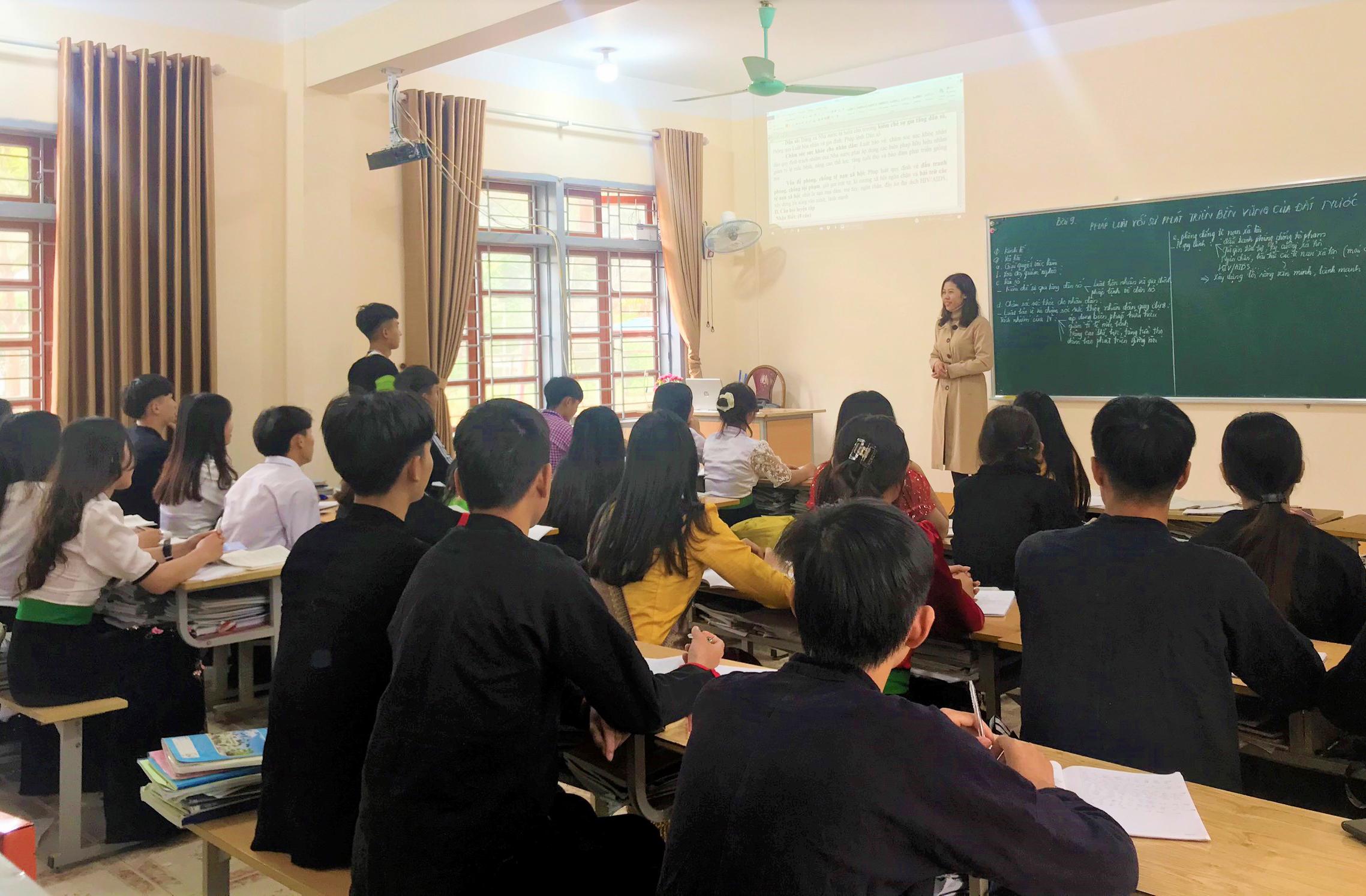 Các em học sinh trường PTDTNT tỉnh Sơn La mặc trang phục dân tộc khi đến lớp