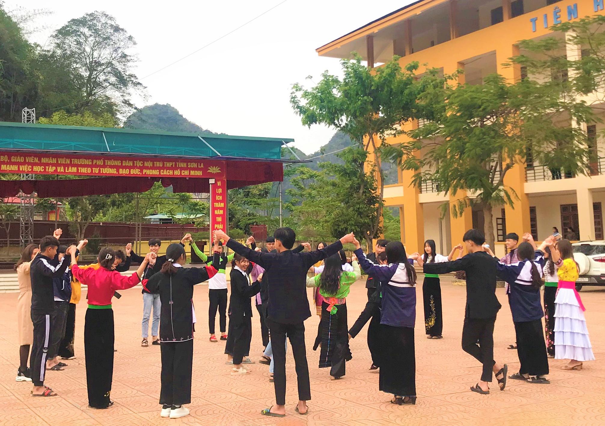 Học sinh trường PTDTNT tỉnh Sơn La trong giờ ngoại khoá