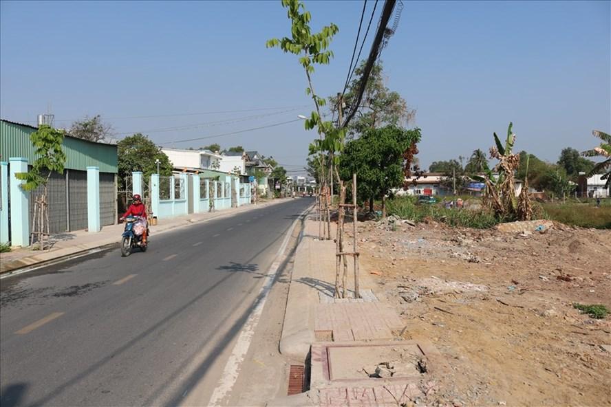 Một con đường mới mở ở huyện Hóc Môn làm giá đất hai bên đường tăng chóng mặt. Ảnh: Huân Cao