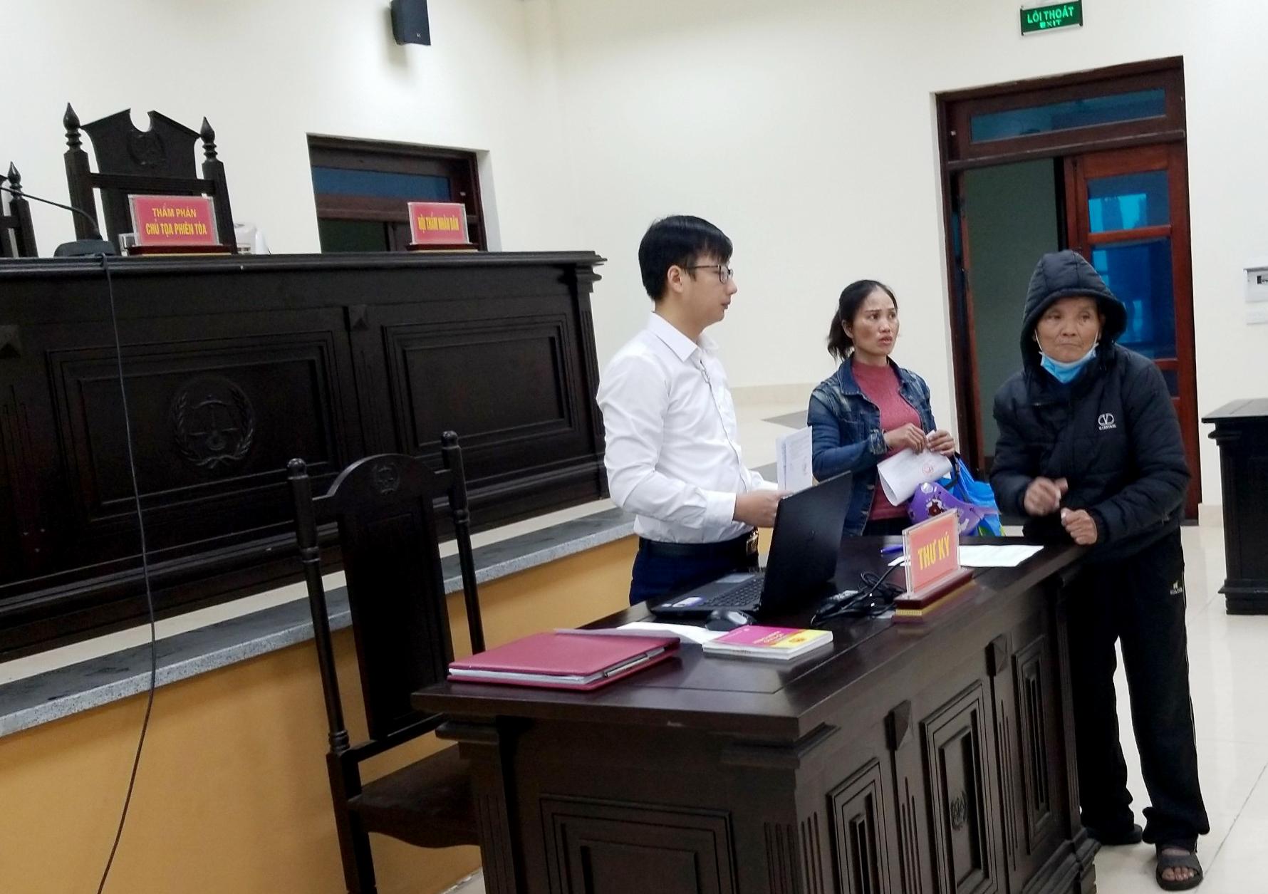 Bị đột quỵ năm 2019, ông Nghiêm Đình Thuần (áo đen) hiện vẫn phải tập tễnh đến Tòa để đòi quyền lợi chính đáng cho mình (Ảnh chụp ngày 26/3/2021 tại TAND tỉnh Bắc Ninh)