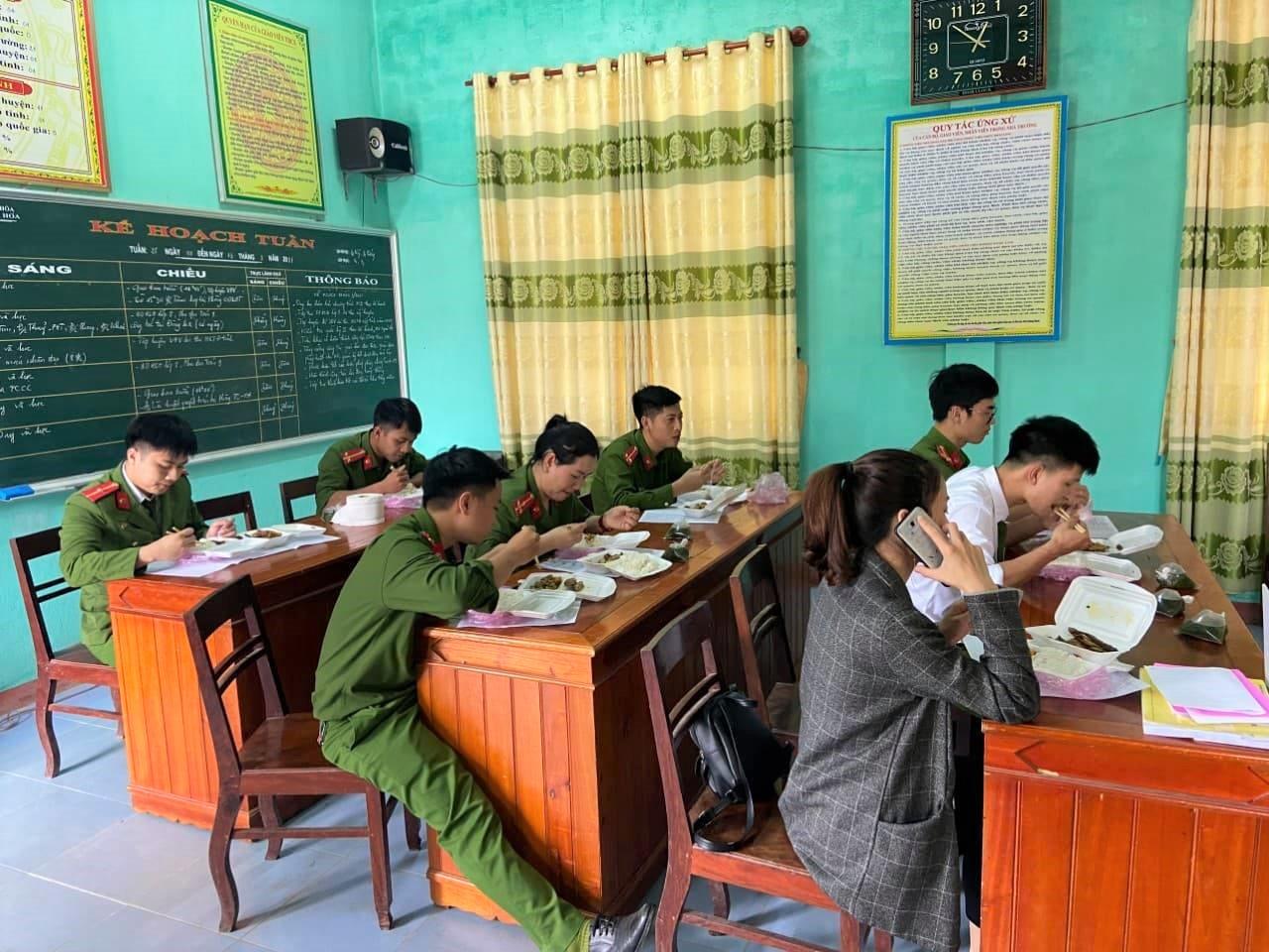 Bữa cơm trưa vội vàng của các chiến sĩ công an huyện... trong những ngày cao điểm làm thẻ căn cước công dân cho Nhân dân trên địa bàn huyện. căn