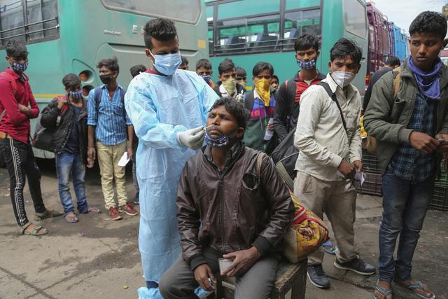 Số ca mắc COVID-19 tại Ấn Độ đã vượt 12 triệu trường hợp. (Ảnh: AP)