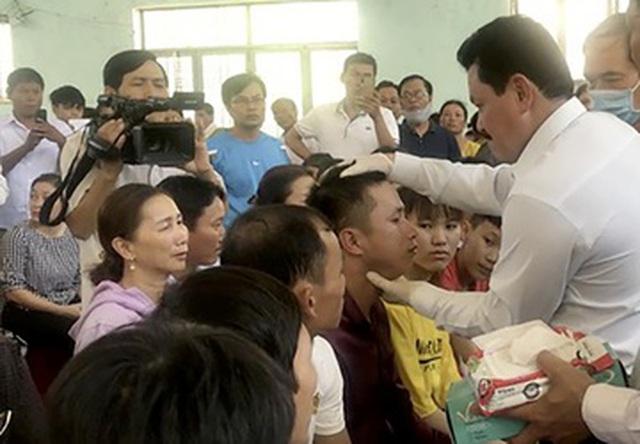 """Ông Võ Hoàng Yên - từng được coi là """"thần y"""" - trong một buổi chữa bệnh cho người dân. (Ảnh minh họa)"""