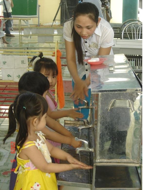Chú trọng vệ sinh cho trẻ để phòng ngừa bệnh chân- tay- miệng (ảnh CDC Bình Định)