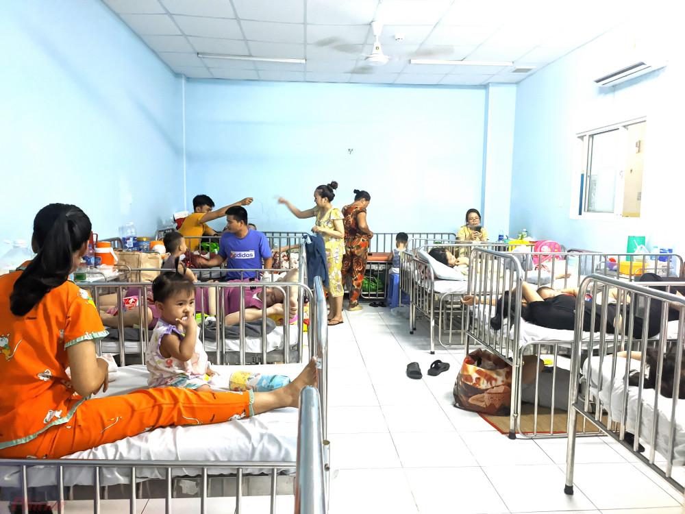 Phòng nội trú dành cho bệnh nhi bị tay chân miệng tại Bệnh viện Nhi Đồng đông kín. Ảnh: Hiếu Nguyễn