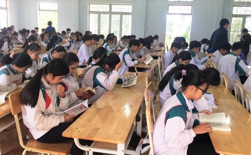 Học sinh Trường THPT Nguyễn Trãi, huyện Ngọc Hồi tham gia Ngày hội đọc sách (Ảnh: Cổng TTĐT tỉnh Kon Tum)