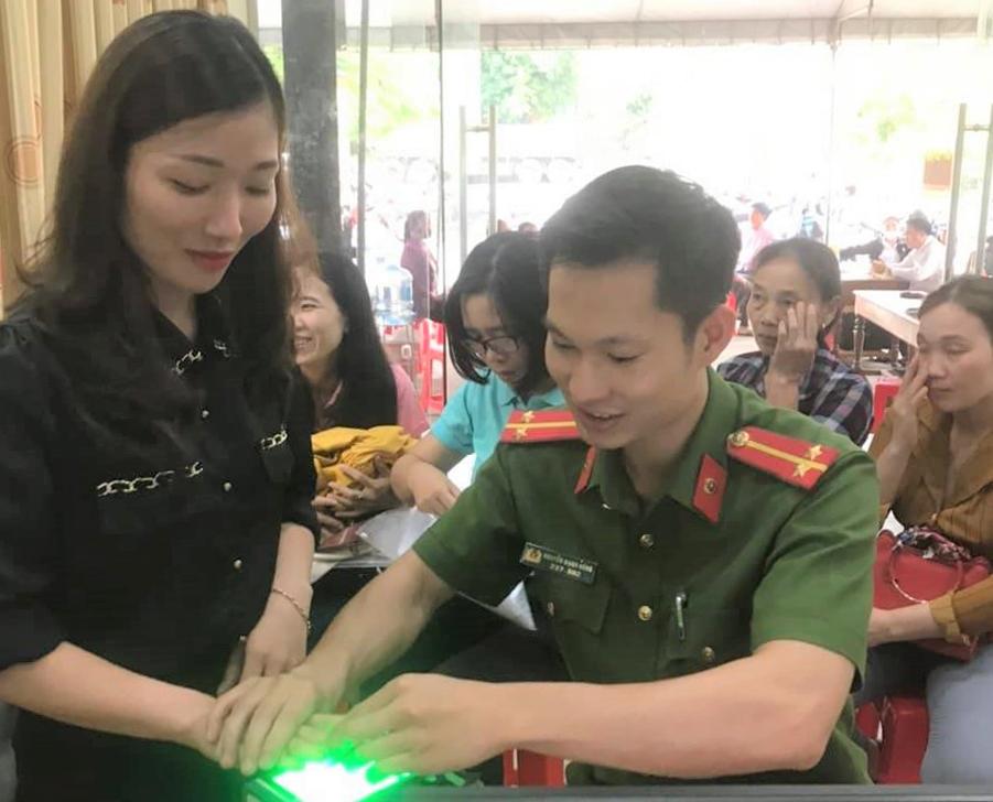 Các chiến sĩ công an lấy vân tay của người dân để phục vụ làm thẻ căn cước công dân