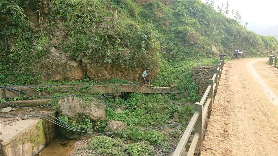 Người dân phải tự đi mua ống và bắt nước từ các mạch ngầm về phục vụ sinh hoạt hàng ngày.