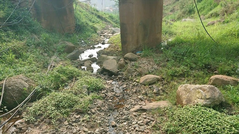 Những dòng suối thì cạn trơ đá do không có nước từ đầu nguồn.