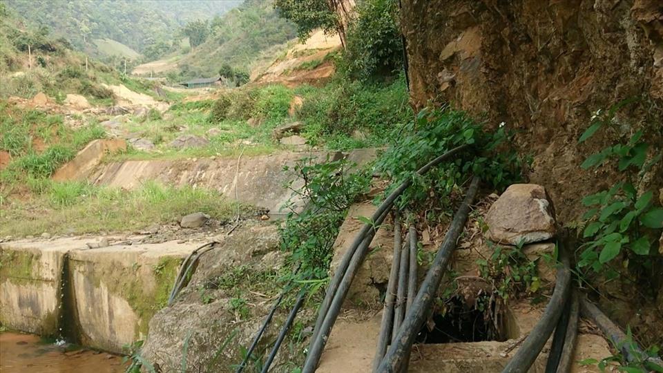 Mỗi lần đường nước hỏng người dân phải mất cả ngày để tìm nguyên nhân rồi vá tạm sử dụng.
