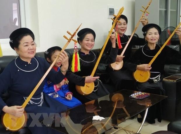 Nghệ sĩ ưu tú Hoàng Kim Tuế (ngoài cùng bên trái) trong một buổi tập hát then đàn tính cùng các nghệ sỹ tỉnh Cao Bằng. (Ảnh: TTXVN phát)