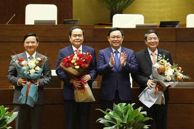 Chủ tịch Quốc hội Vương Đình Huệ tặng hoa chúc mừng các Tân Phó Chủ tịch Quốc hội Khóa XIV