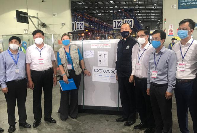 Lô vắc xin phòng Covid-19 đầu tiên của chương trình Covax Facility thông qua Quỹ Nhi đồng Liên hợp quốc (UNICEF) hỗ trợ cho Việt Nam về đến sân bay quốc tế Nội Bài vào hơn 9h sáng 1-4