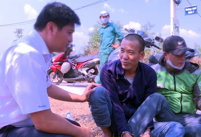 Đối tượng Nguyễn Thành Dương (ngồi giữa) khi bị bắt quả tang