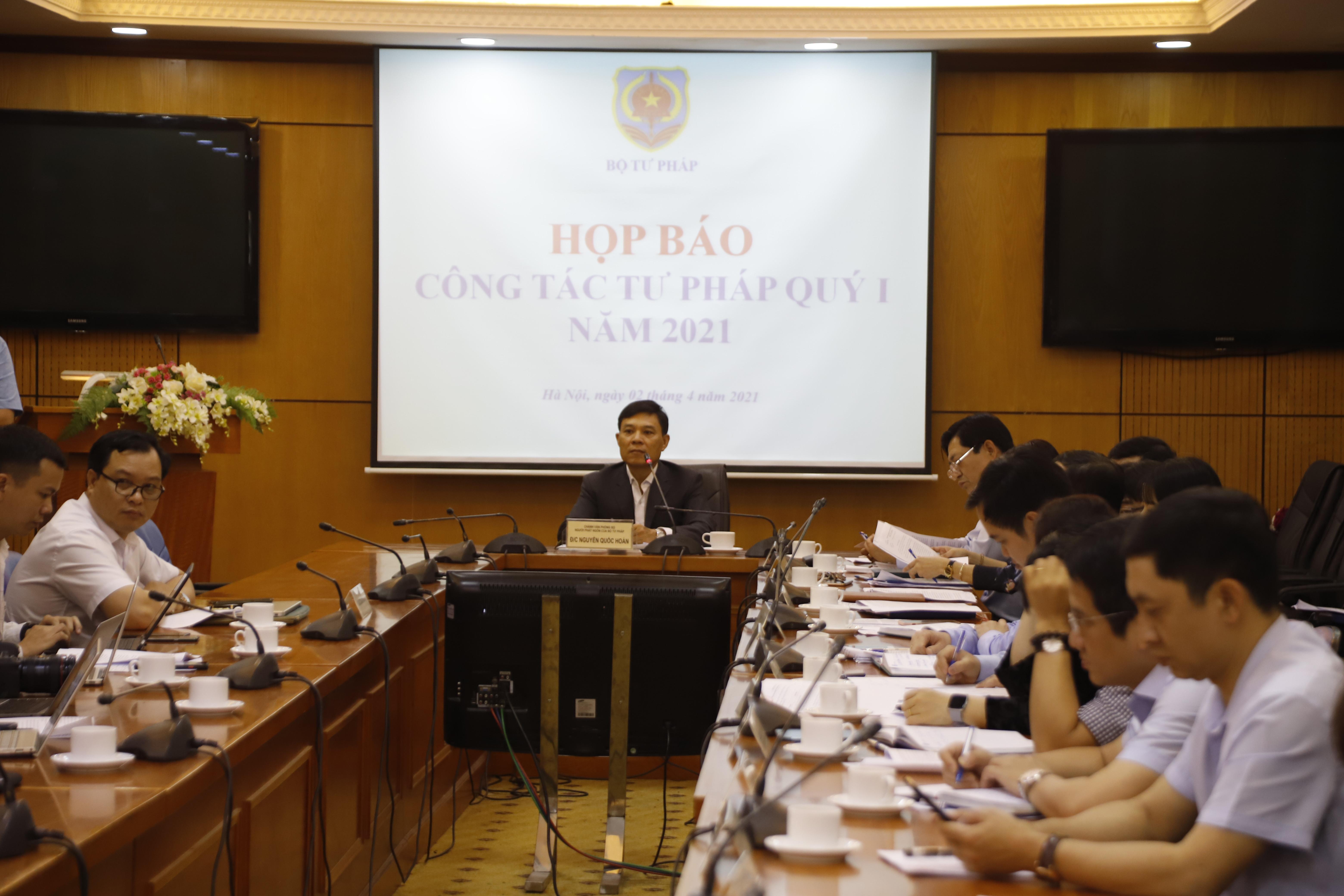 Ông Nguyễn Quốc Hoàn, Chánh Văn phòng, Người phát ngôn Bộ Tư pháp chủ trì buổi Họp báo.