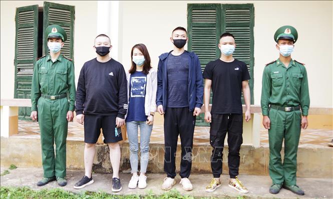 4 người Trung Quốc xuất cảnh trái phép bị bộ đội biên phòng bắt giữ trên xe taxi. Ảnh: TTXVN phát