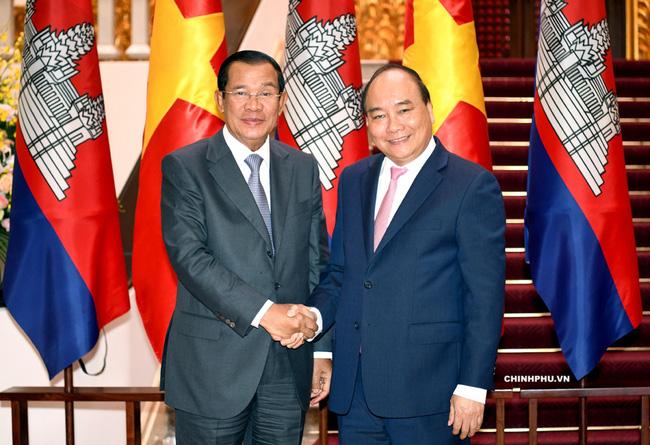 Thủ tướng Hun Sen và Thủ tướng Nguyễn Xuân Phúc. Ảnh: VGP