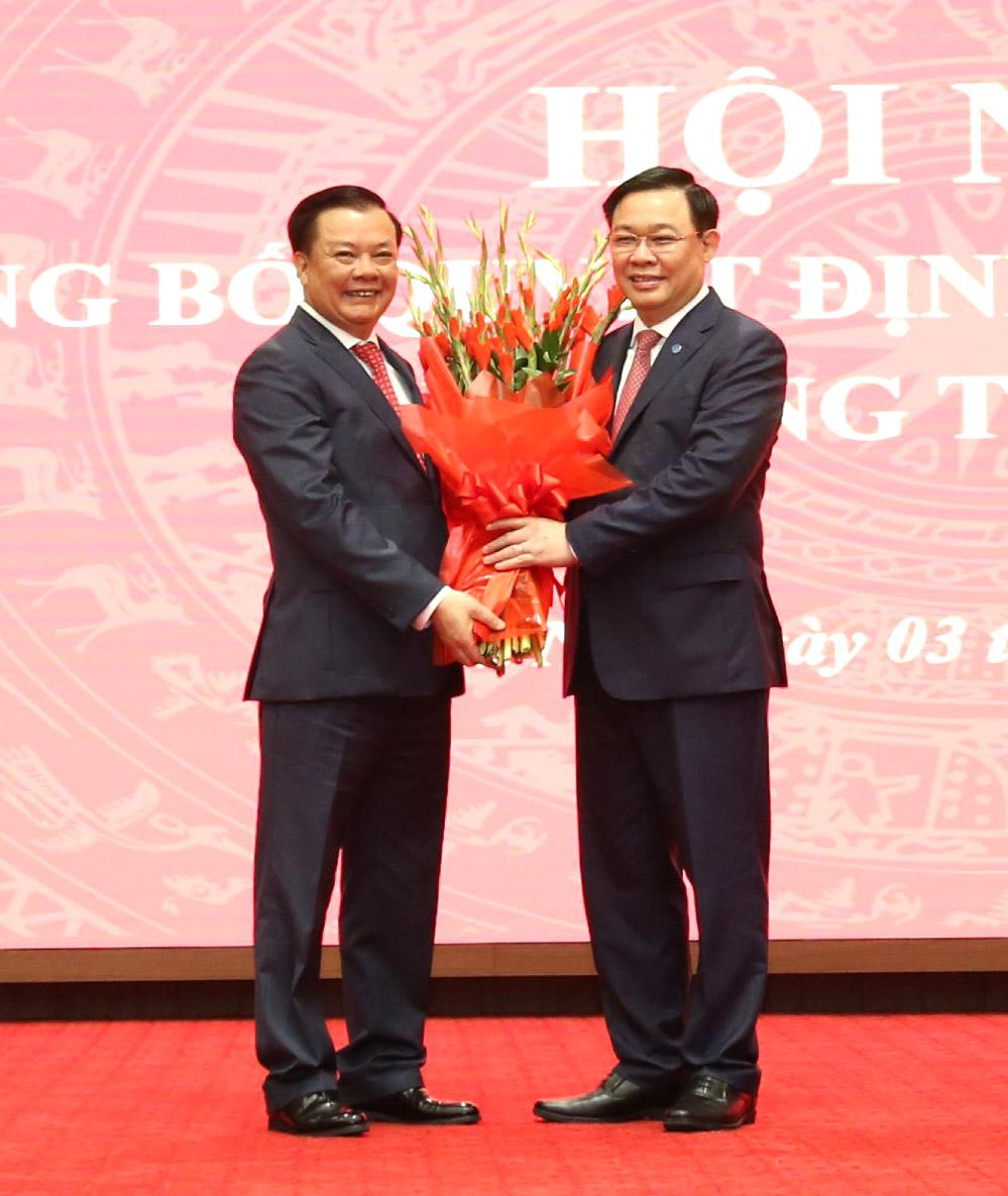 Chủ tịch Quốc hội Vương Đình Huệ tặng hoa chúc mừng đồng chí Đinh Tiến Dũng
