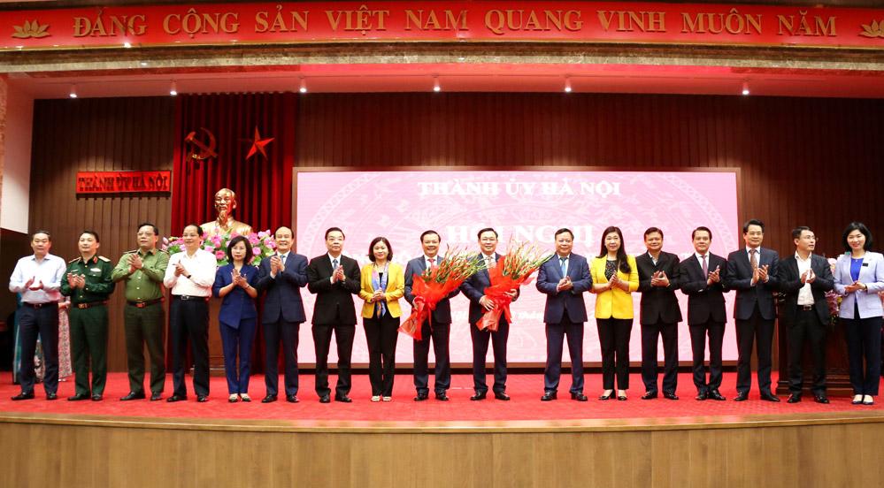 Tập thể Ban Thường vụ Thành ủy tặng hoa chúc mừng Chủ tịch Quốc hội Vương Đình Huệ và Bí thư Thành ủy Đinh Tiến Dũng