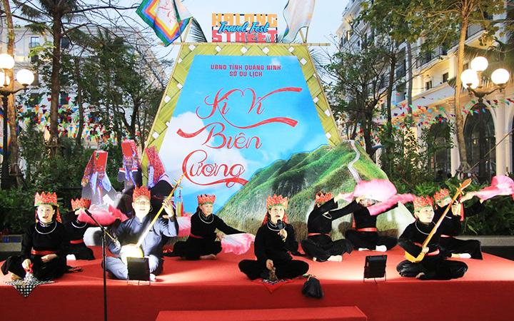 Biểu diễn hát Then - đàn Tính tại Lễ hội du lịch đường phố Hạ Long.