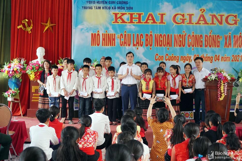 Trao học bổng cho học sinh nghèo vượt khó của xã Môn Sơn (Con Cuông). Ảnh: M.H