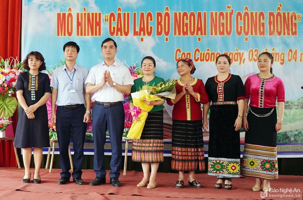 Đại diện lãnh đạo Sở Giáo dục và Đào tạo tỉnh Nghệ An tặng hoa và chúc mừng lễ ra mắt mô hình Câu lạc bộ Ngoại ngữ cộng đồng ở xã Môn Sơn.