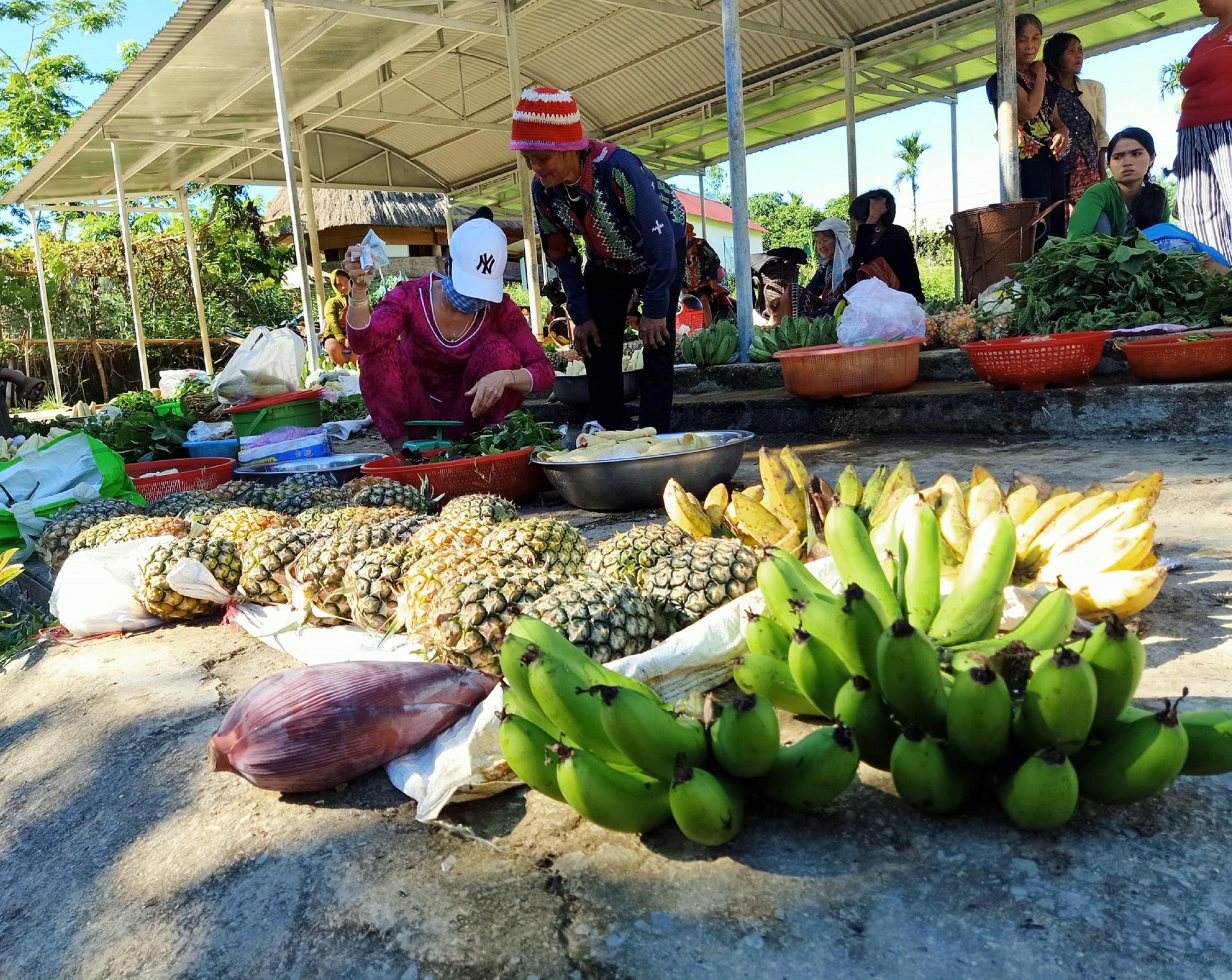 Nông sản bán tại chợ đều có giá 5 ngàn đồng.