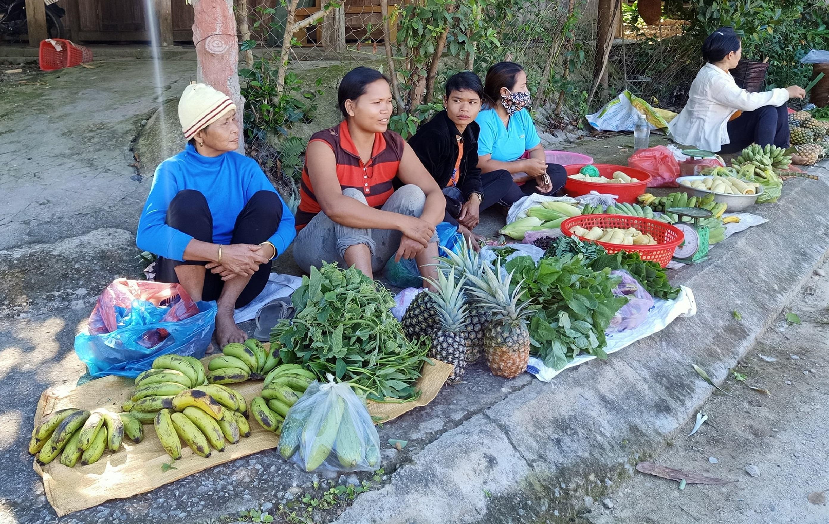 """Những sản vật địa phương được bà con bày bán tại """"Chợ Chiều năm ngàn"""" đều là hàng nông sản sạch."""
