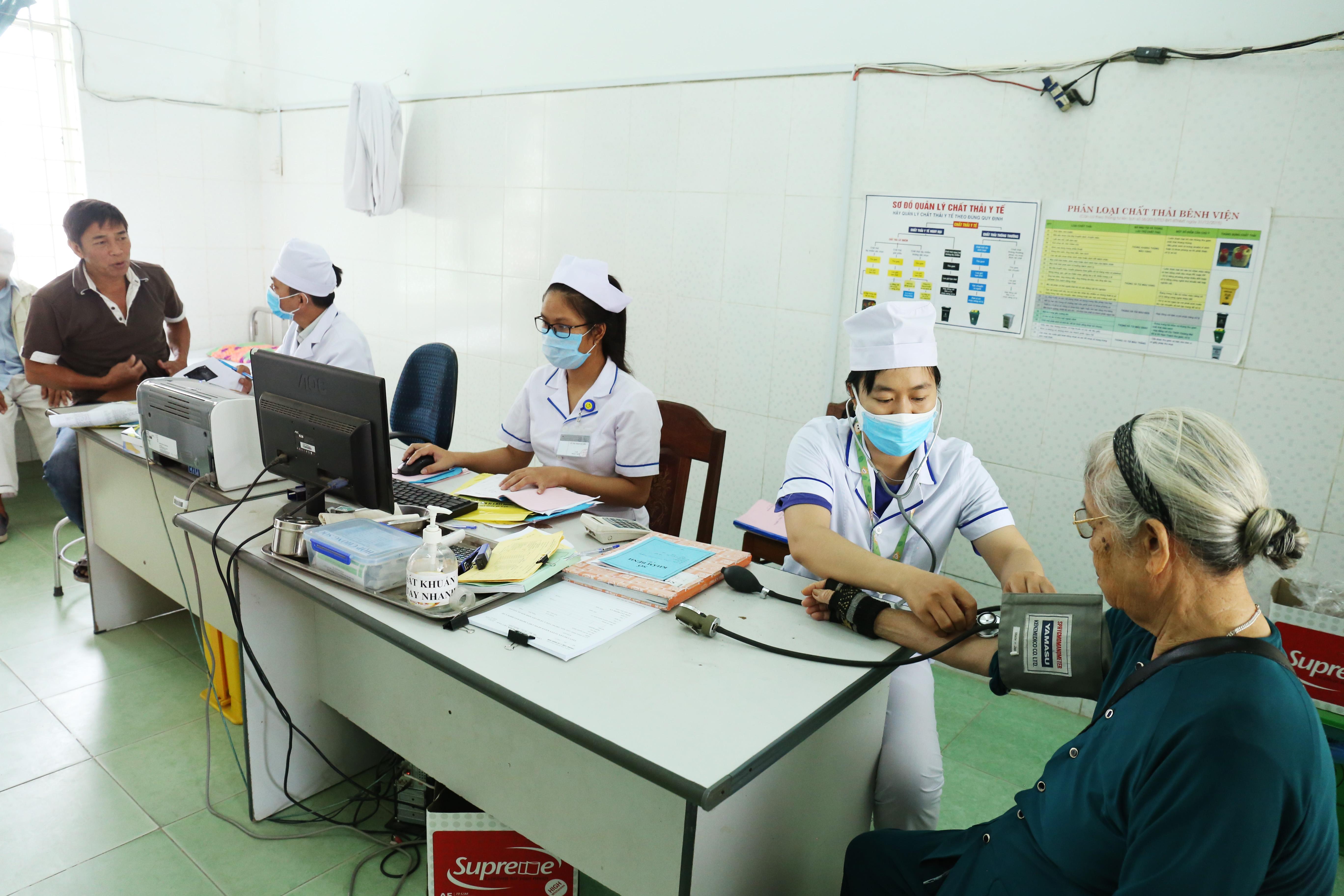 Các y, bác sĩ Trung Tâm Y tế Ninh Sơn khám bệnh bảo hiểm y tế cho Nhân dân.