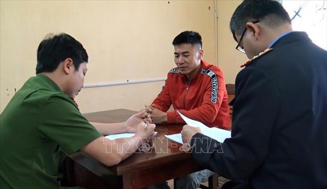 Đối tượng đánh bạc Trần Quốc Tiến tại Cơ quan cảnh sát điều tra. Ảnh: TTXVN