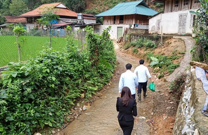 Nhiều nhà dân xóm Tân Kim làm nhà sát dòng suối, nguy cơ bị lũ ống, lũ quét cuốn trôi.