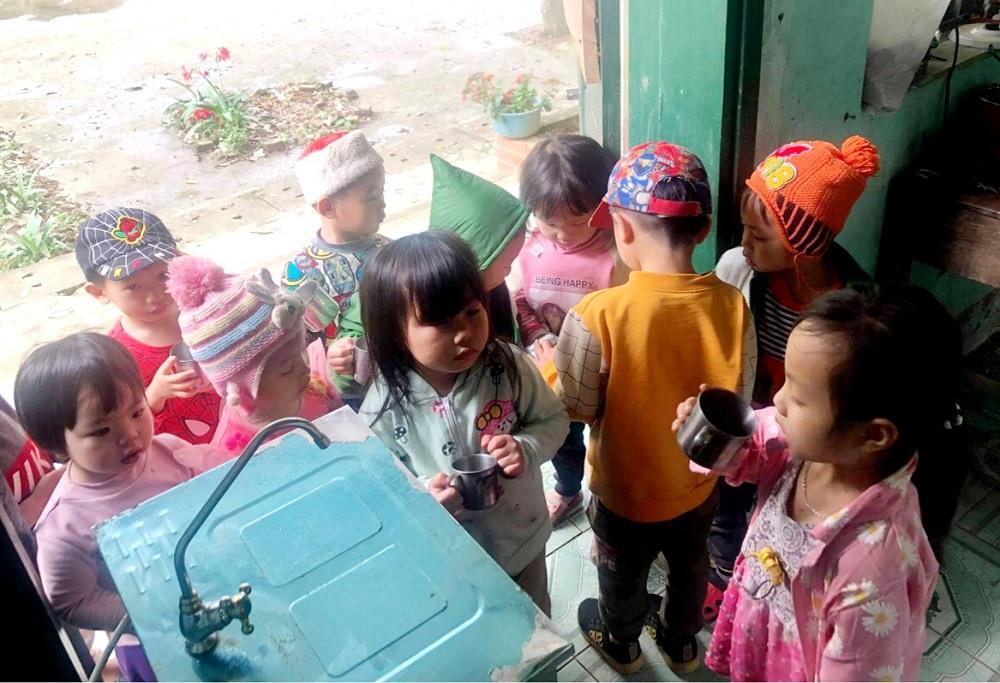 Các em nhỏ tại điểm trường Nặm Lẩu (Sĩ Bình, Bạch Thông, Bắc Kạn) được sử dụng nước sạch qua máy lọc nước