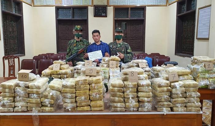 Đối tượng cùng tang vật 227,5kg ma túy do lực lượng đánh án bắt giữ ngày 3-4-2021. Ảnh: Thanh Lịch