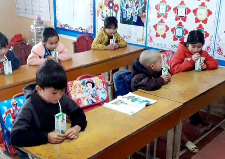 Học trò tại điểm trường của Nhạn Môn (Pác Nặm, Bắc Kạn) đã được uống sữa.