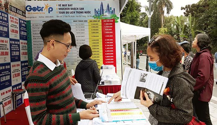 Người dân Thủ đô tiếp cận tour du lịch giảm giá tại lễ hội kích cầu du lịch 2020. Ảnh Lê Nam