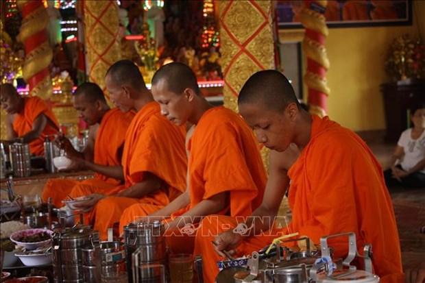 Sư sãi đồng bào Khmer độ cơm trong ngày lễ Chôl Chnăm Thmây. Ảnh: Chanh Đa - TTXVN
