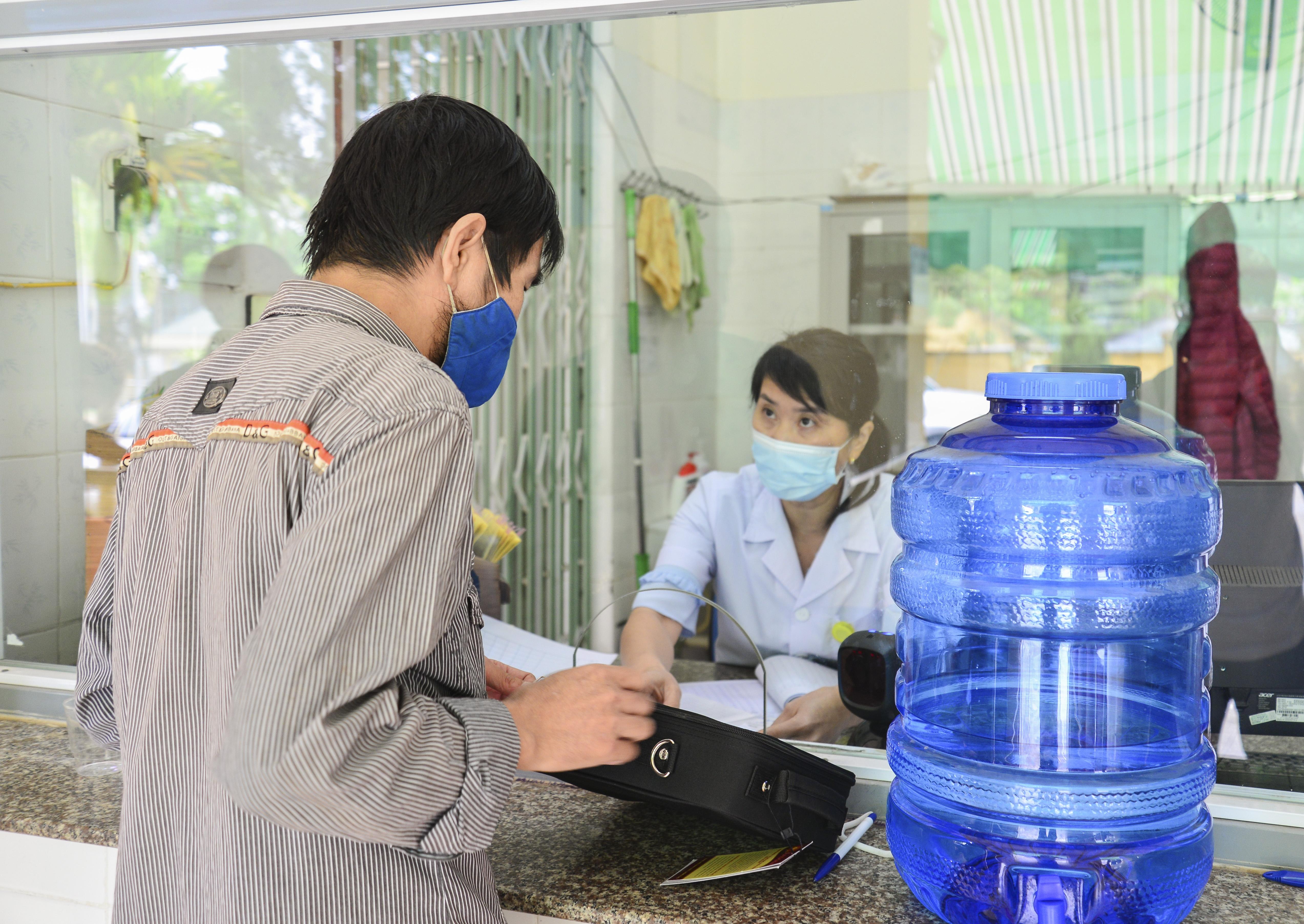 Trong tháng đầu tiên các bệnh nhân sẽ được cấp một liều thuốc mang về nhà, một liều uống ngay tại cơ sở điều trị.