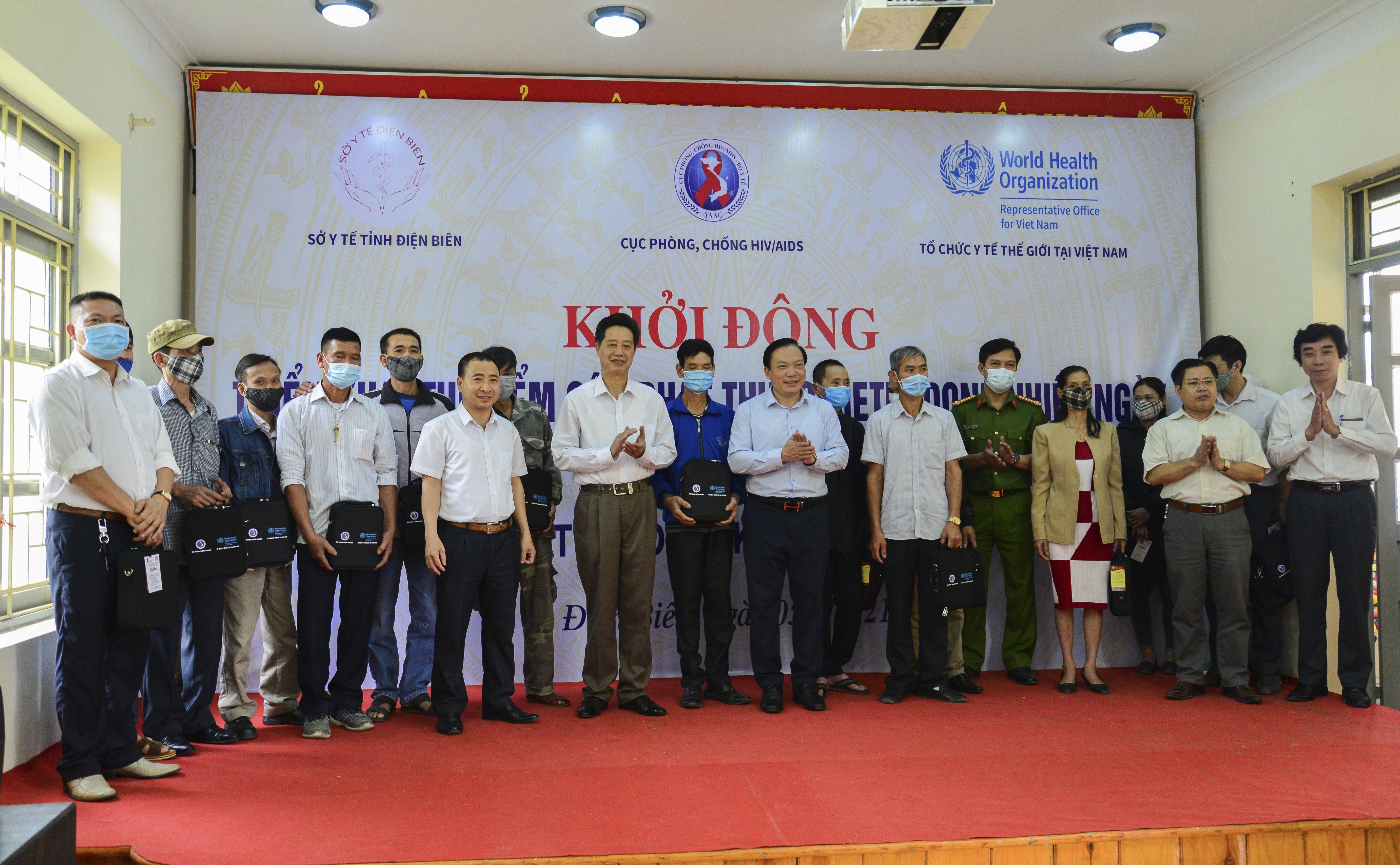 """Cục Phòng, chống HIV/AIDS (Bộ Y tế) cùng Sở Y tế tỉnh Điện Biên và Tổ chức Y tế thế giới tại Việt Nam tiến hành """"Khởi động cấp phát thuốc Methadone nhiều ngày cho người bệnh điều trị nghiện các chất dạng thuốc phiện."""""""
