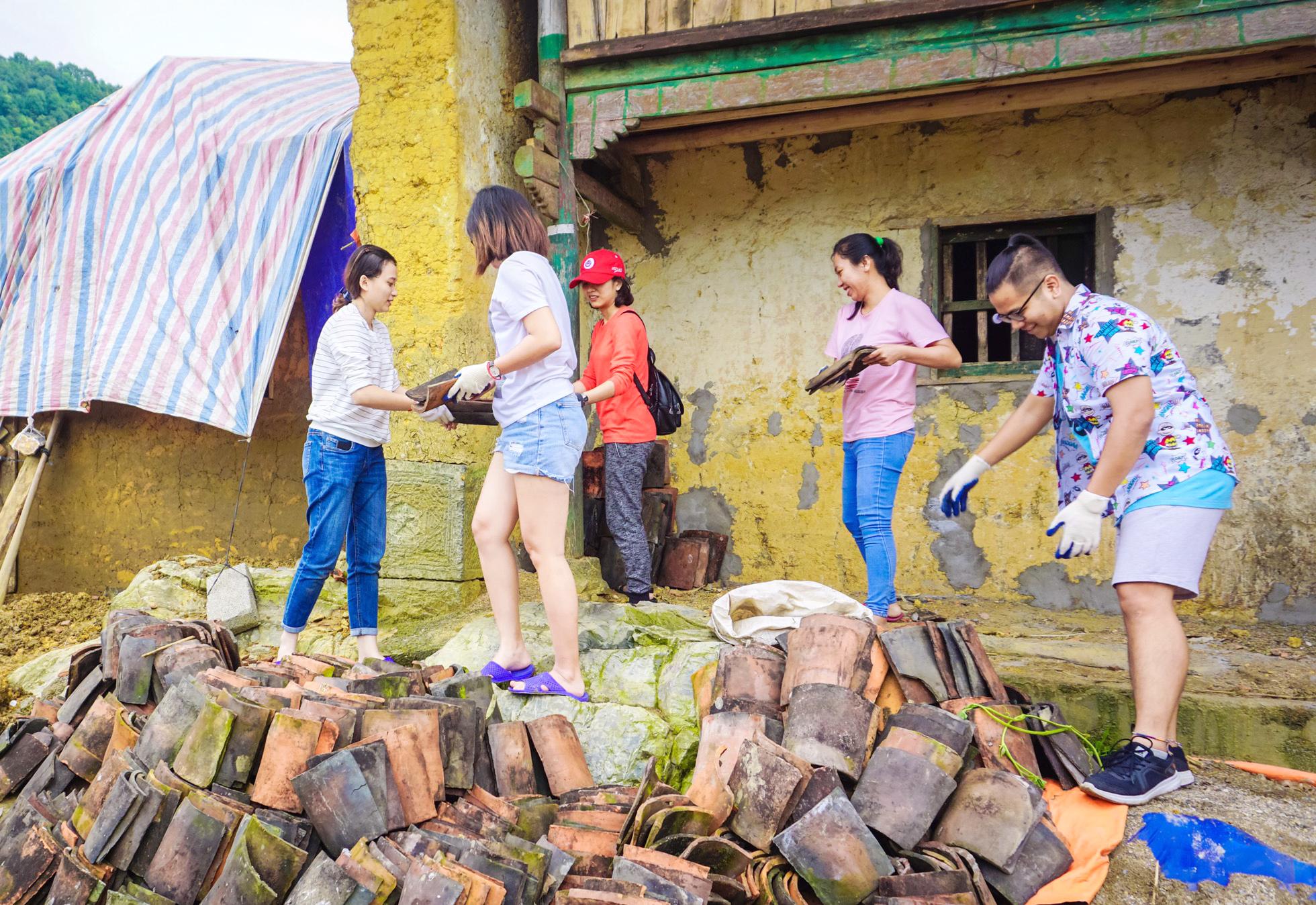 Nhóm tình nguyện V.E.O hỗ trợ chủ homestay từ những viên gạch đầu tiên (Ảnh do nhân vật phỏng vấn cung cấp cho PV)