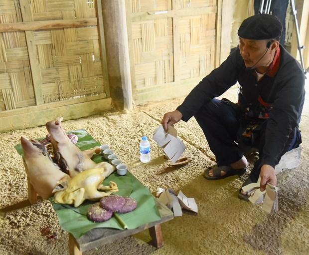 Đồng bào Dao sử dụng giấy bản (giấy dó) để làm vàng mã cúng trong lễ Thanh minh. Ảnh: Diễm Quỳnh