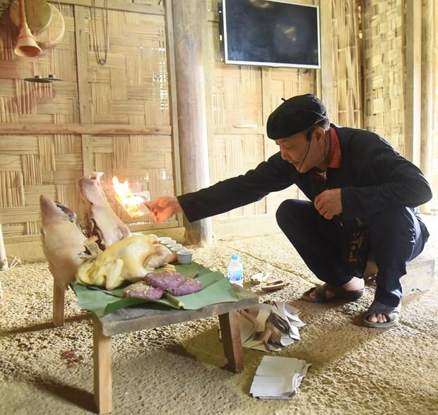 Thầy cúng làm phép xung quanh lễ vật nhằm xua đuổi những điều không may đi và cầu mong điềm lành tới với gia đình. Ảnh: Diễm Quỳnh