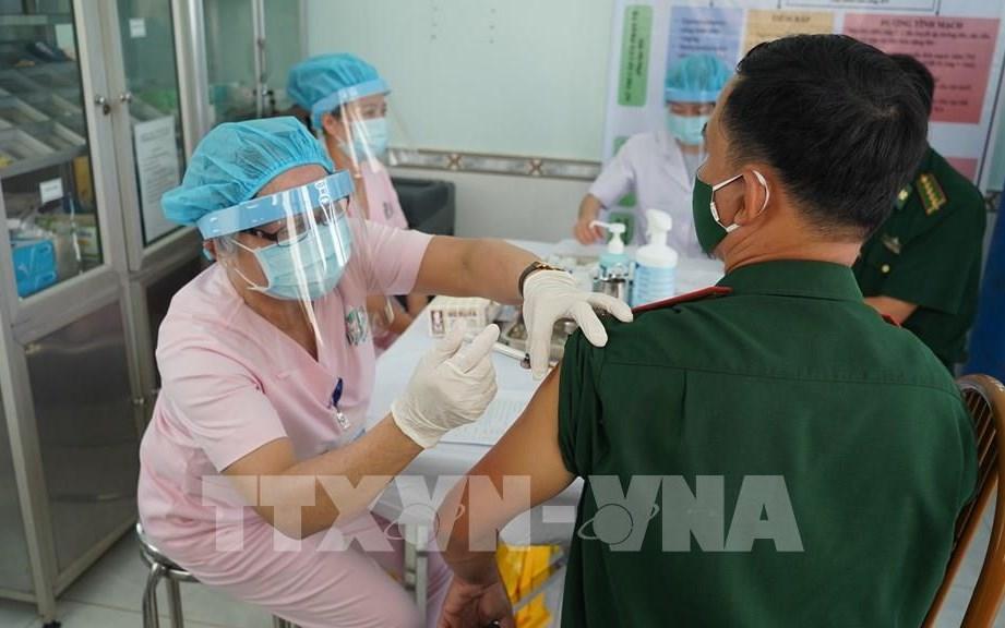 Cán bộ y tế tiến hành tiêm vaccine ngừa COVID-19 cho cán bộ Biên phòng Tây Ninh. Ảnh: Thanh Tân/TTXVN
